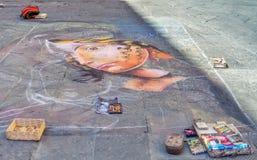 Siena Italien - Augusti 18, 2013: Gatakonstnärmålning på asfaltkritaståenden av en flicka för grafittigata för konst färgrik räkn Royaltyfri Fotografi