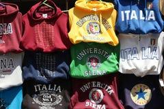 SIENA, ITALIEN - Juni 2016 - italienische Hochschulstrickjacken, Reiseandenken, Siena Lizenzfreies Stockbild