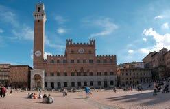 Siena, Italien - 11. Oktober 2017 - Touristen, die einen Rest auf haben Stockbilder