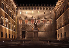Siena by night. Rocca Salimbeni square in Siena and the ancient palace where the oldest bank in the world resides (Banca Monte Paschi di Siena). Location: Siena Stock Photos