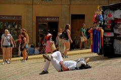 Siena O turista tem um resto que encontra-se ao os blocos de pedra Imagens de Stock