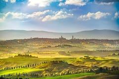 Siena stadshorisont, bygd och Rolling Hills Tuscany Ital arkivbild
