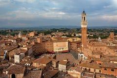 Siena, Toscanië, Italië Mening van de Oude Stad - Piazza del Campo, Di Siena, Torre del Mangia van Palazzo Pubblico bij zonsonder Stock Afbeelding