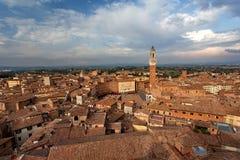 Siena, Toscanië, Italië Mening van de Oude Stad - Piazza del Campo, Di Siena, Torre del Mangia van Palazzo Pubblico bij zonsonder Royalty-vrije Stock Foto