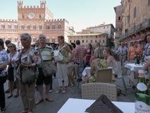 Siena, Toscanië, Italië met toeristen Stock Afbeeldingen