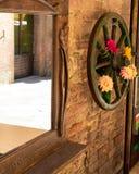 Siena, Toskana/Italien am 23. Februar 2019: schöne Blumen in der Wand stockfoto