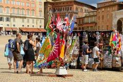 Siena Turistas em torno da loja de lembrança em Praça del Campo Fotos de Stock