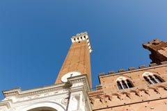Siena-Turm gegen einen klaren blauen Himmel stockfoto