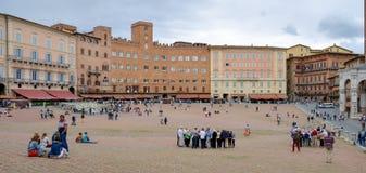 SIENA TUSCANY/ITALY - MAJ 18: Turister i Sienna Italy på Maj Royaltyfria Foton