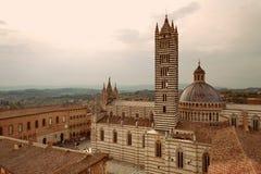 SIENA, TUSKANY, ITALIA - ciudad vieja y Siena Cathedral Duomo di Siena en la puesta del sol imágenes de archivo libres de regalías