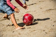 Siendo activo en la playa Foto de archivo libre de regalías