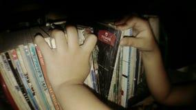 Siendo curioso con este pequeños libros viejos fotos de archivo