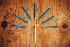 Siendo diverso concepto con los lápices de madera en el escritorio Fotos de archivo libres de regalías