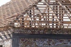 Siendo tejado construido de la casa fotos de archivo