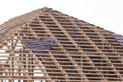 Siendo tejado construido de la casa imágenes de archivo libres de regalías