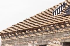 Siendo tejado construido de la casa fotos de archivo libres de regalías