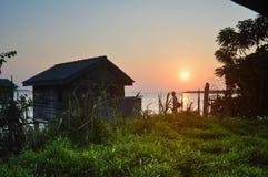 Sienta la puesta del sol Fotos de archivo