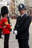 Funkcjonariusza Policji i Brytyjskiego wojska żołnierz przy Thatcher pogrzebem Fotografia Royalty Free