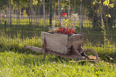 Sier houten kruiwagen stock foto