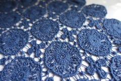Sierlijk blauw kant op witte achtergrond stock afbeelding