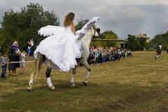 Sierpień 28, 2017: Dziewczyna z aniołów skrzydłami jedzie konia przy wyścigi konny wydarzeniem w Ukraina, Odessa region Sierpień  Zdjęcia Royalty Free