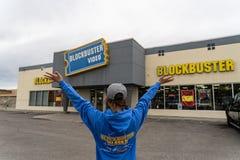 SIERPIEŃ 12 2018 - FAIRBANKS ALASKA: Żeński klient stoi na zewnątrz hita Wideo do wynajęcia sklepu z rękami out obrazy stock