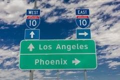 SIERPIEŃ 23 i Los Angeles, 2017 - Międzystanowi 10 autostrad znaków do i z Phoenix, Zachodni, Kalifornia fotografia stock
