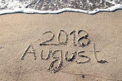 SIERPIEŃ 2018 na delikatnym plażowym piasku Obraz Stock
