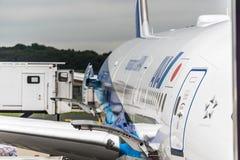 Sierpień 18, 2017: Narita lotnisko międzynarodowe, Tokio, Japonia drzwi otwiera z zafrachtowaniami ładuje na Wszystkie Nipon jetl zdjęcie stock