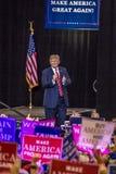 SIERPIEŃ 22, 2017, PHOENIX, AZ U S Prezydent Donald J Atut gestykuluje tłum zwolennicy przy USA flaga, 2016 Prezydenckich fundusz Obrazy Stock
