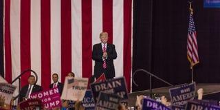 SIERPIEŃ 22, 2017, PHOENIX, AZ U S Prezydent Donald J Atut gestykuluje tłum zwolennicy przy USA flaga, 2016 Prezydenckich fundusz Obraz Royalty Free
