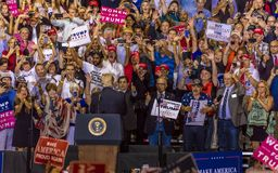 SIERPIEŃ 22, 2017, PHOENIX, AZ U S Prezydent Donald J Atut mówi tłum zwolennicy przy Tłum, Civics fotografia stock