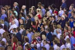 SIERPIEŃ 22, 2017, PHOENIX, AZ U S Przyrzeczenie hołdownictwo dla prezydenta Donald J Atut przy Wielka grupa ludzi, tłum zdjęcia royalty free