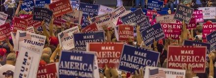 SIERPIEŃ 22, 2017, PHOENIX, AZ U S Tłoczy się chwytów znaki dla prezydenta Donald J Atut przy Phoenix Prezydent, USA flaga Fotografia Royalty Free