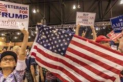SIERPIEŃ 22, 2017, PHOENIX, AZ U S Tłoczy się chwytów znaki dla prezydenta Donald J Atut przy Phoenix USA flaga, USA prezydent Obrazy Stock