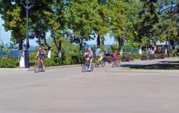Sierpień 10, 2017 Samara, Rosja - Zaludnia jeździć na rowerze wzdłuż Volga rzeki bulwaru fotografia stock