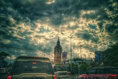 Sierpień 21, 2018, Sribhumi, Kolkata, India Chmurnego nieba widok w tle sribhumi zegarowy wierza przy Kolkata, India podczas th obrazy royalty free