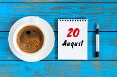 Sierpień 20th Dzień 20 miesiąc, dzienny kalendarz na błękitnym tle z ranek filiżanką młodzi dorośli Unikalny odgórny widok Zdjęcia Stock