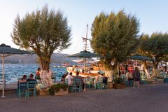 Sierpień 24th 2017 Zaludnia enoying ich kawę w Agia Marina, Leros wyspa, Grecja - Leros wyspa, Grecja - Obraz Royalty Free