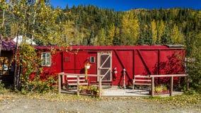 Sierpień 29, 2016 - Czerwony linia kolejowa dom, Kantishna, Alaska, Mnt alaska denali park narodowy Zdjęcie Stock