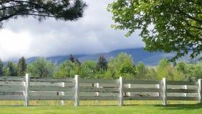 Sierra Berge hinter der Ranch lizenzfreie stockfotografie