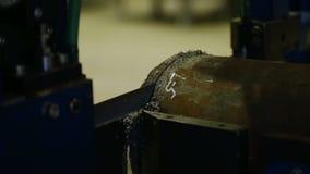 Sierra de cinta del contorno en el taller La banda vio el metal del corte, refrescando la emulsión se vierte en la sierra V2 metrajes