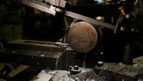 Sierra de cinta del contorno en el taller La banda vio el metal del corte de m?quina, refrescando la emulsi?n se vierte en la sie almacen de metraje de vídeo