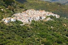 安达卢西亚的村庄(镇布兰科斯)在Sierra de las Nieves,马拉加,西班牙 库存照片