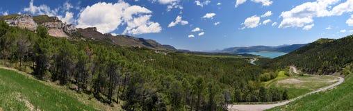 Sierra de Leyre e paesaggio del lago Yesa Fotografie Stock