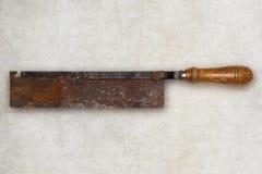 Sierra de madera del viejo carpintero de la herramienta aislada Foto de archivo