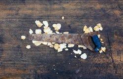 Sierra en un fondo de madera imagen de archivo libre de regalías