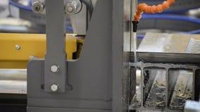 Sierra horizontal automática de la banda El proceso de las barras de hierro en U del acero del corte metrajes