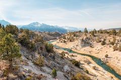 Sierra Nevada atrás da angra quente gigantesca do ` s do lago imagem de stock