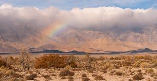 Sierra Nevada Mountain Range California della valle di Owens dell'arcobaleno delle nuvole di tempesta Fotografia Stock